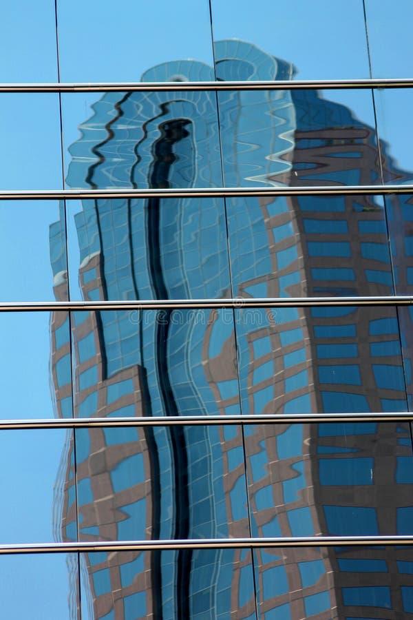 De Stadswolkenkrabber die van de binnenstad in Weerspiegelde Vensters nadenken stock fotografie