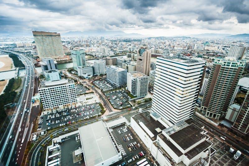 De stadswolkenkrabbers van Fukuoka worden gezien die van stock fotografie