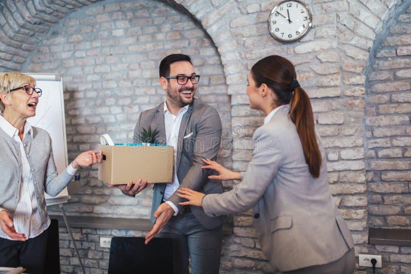 De stafmedewerker die van de teamleider nieuwe enkel ingehuurde vrouwelijke werknemer introduceert aan collega's stock foto