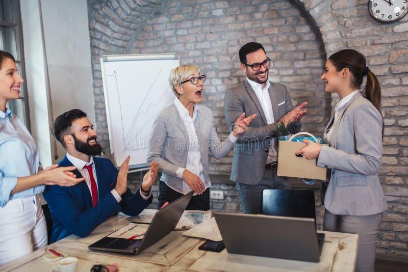 De stafmedewerker die van de teamleider nieuwe enkel ingehuurde vrouwelijke werknemer introduceert aan collega's stock foto's