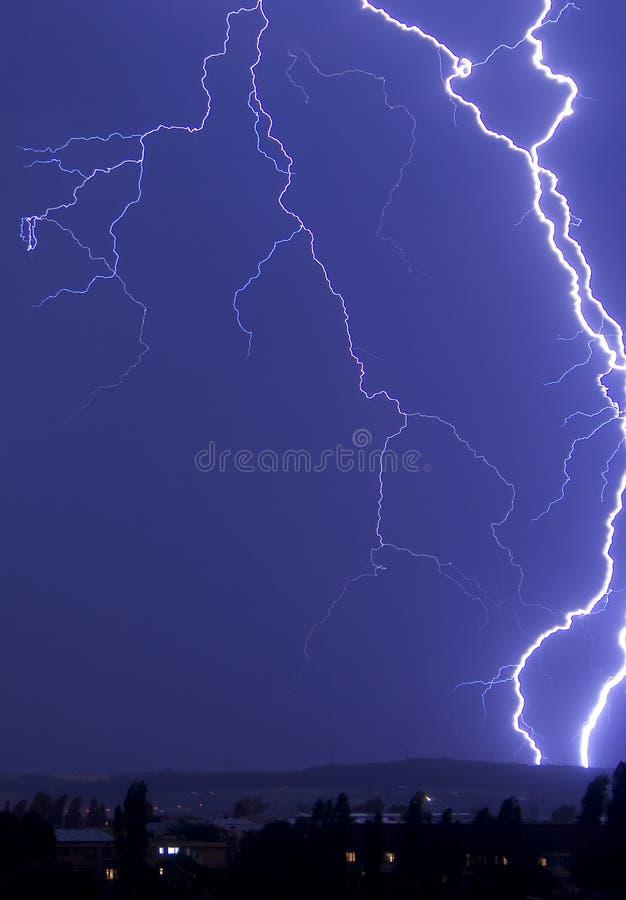 De stakingen van de bliksem bij nacht royalty-vrije stock foto