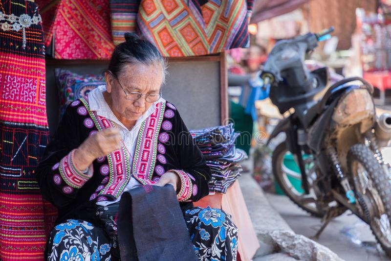 De stam werkend borduurwerk van de Hmongheuvel van traditionele kleren in Hmong-het dorp van de heuvelstam, Doi Pui, Chiang Mai stock foto's