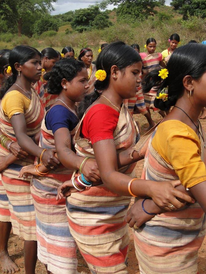 De stammen vrouwen verbinden wapens met elkaar royalty-vrije stock foto's