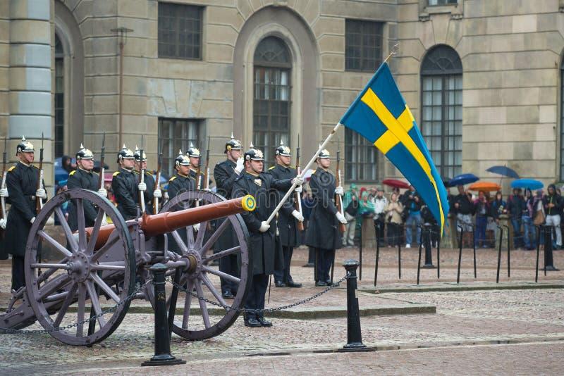 De standaard-drager met de vlag vóór de vorming van de koninklijke wachten Scheidingswacht in Royal Palace Stockholm royalty-vrije stock afbeeldingen
