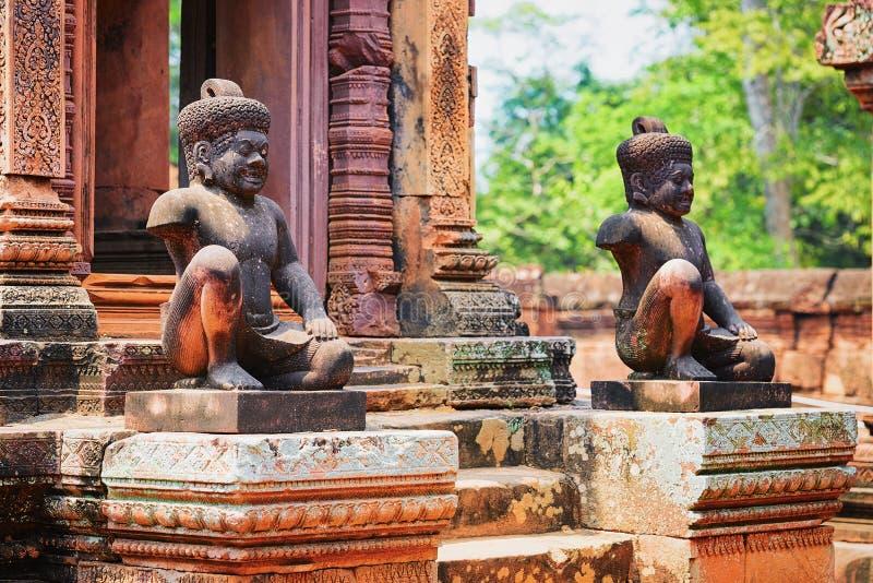 De standbeelden bij de tempel complexe Siem van Banteay Srei oogsten royalty-vrije stock afbeelding