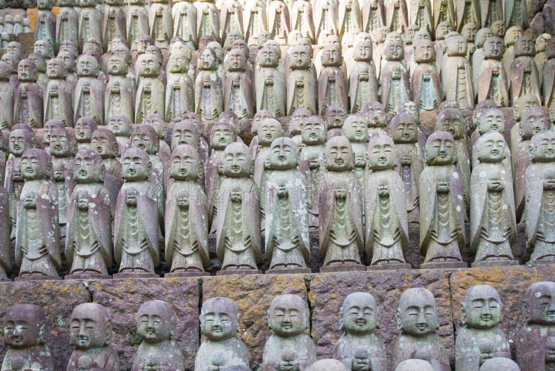 De standbeelden die van Boedha bij de tempel hase-Dera bidden stock foto