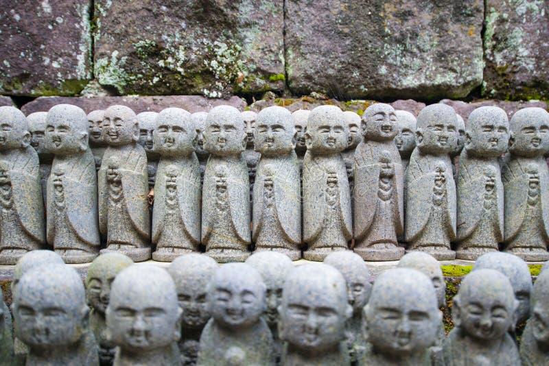 De standbeelden die van Boedha bij de tempel hase-Dera bidden royalty-vrije stock afbeeldingen