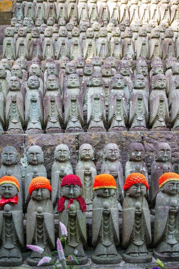 De standbeelden die van Boedha bij de tempel hase-Dera bidden royalty-vrije stock foto's