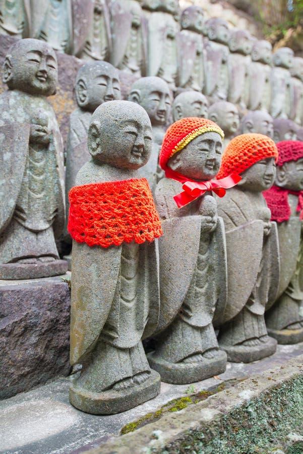 De standbeelden die van weinig Boedha bij de tempel hase-Dera bidden royalty-vrije stock afbeelding