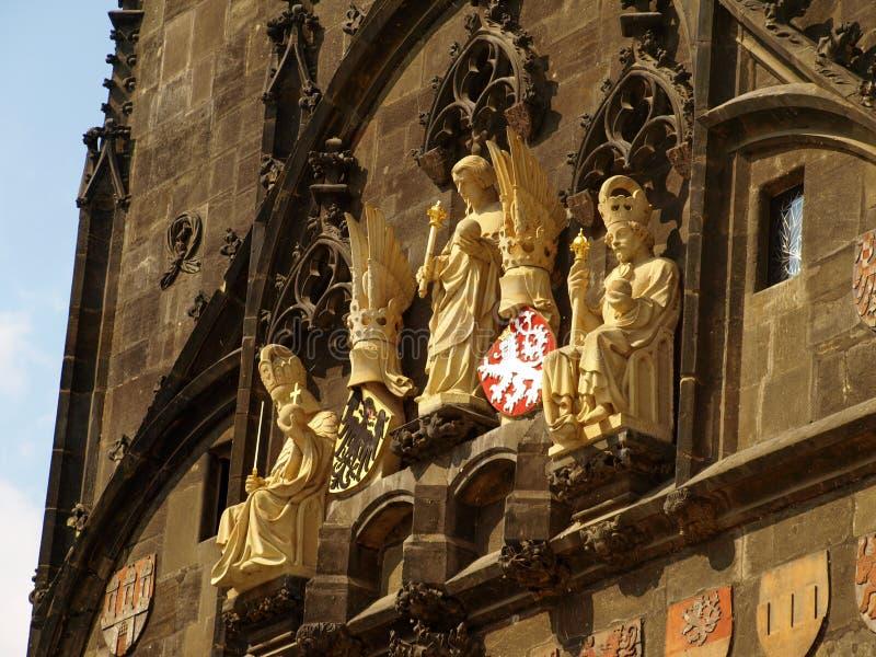 De standbeelden en de details van de Oude Stad overbruggen Toren in Praag, Tsjechische Republiek stock afbeeldingen