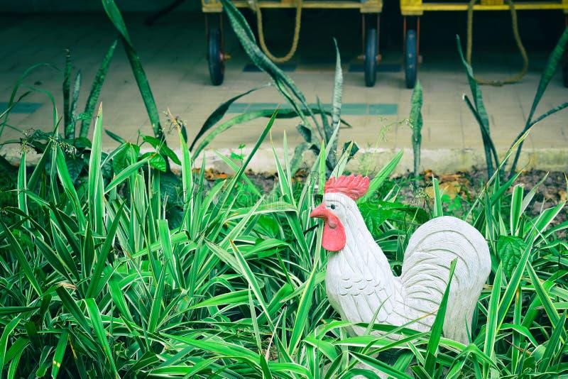 De standbeelden, kippen zijn op het gras en de groene bomen royalty-vrije stock afbeelding
