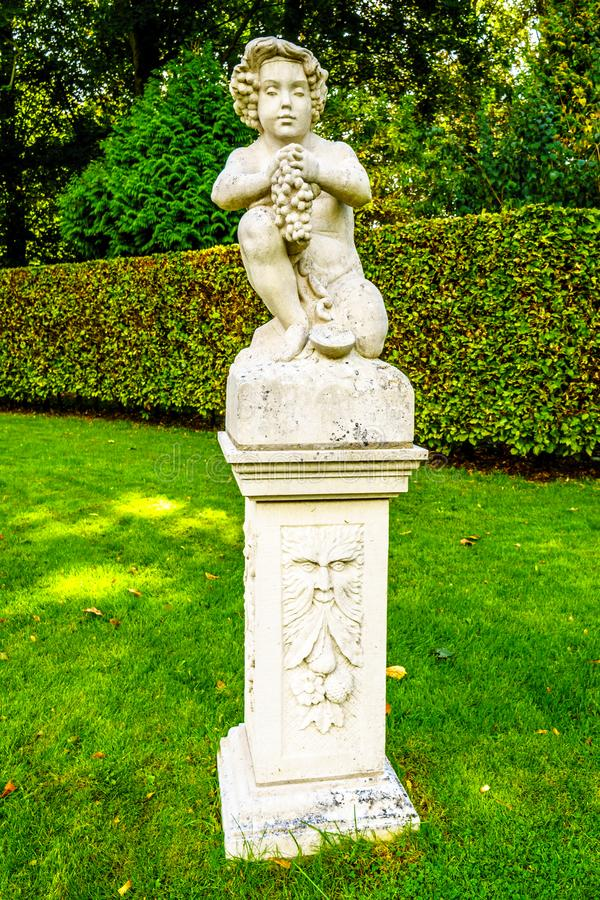 De standbeelden in mooi manicured Tuinen die historische Castle DE Haar omringen stock foto