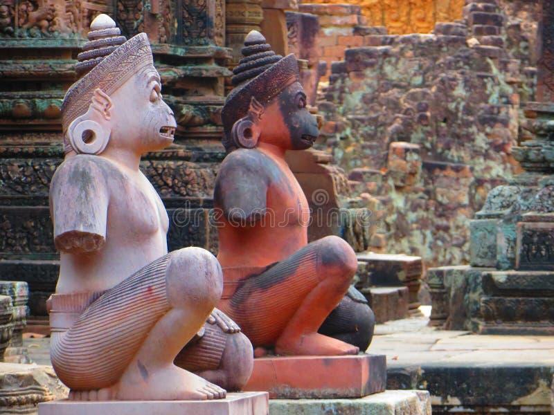 2 de standbeelden van de aapgod bij stappen aan de tempel van Banteay Srei in Ankor, Kambodja royalty-vrije stock afbeeldingen