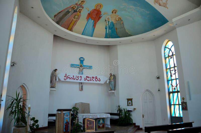 De standbeelden van de bankenpreekstoel en van de het plafondkunst van Jesus de Katholieke Kerk van Heilige Geest Batumi Georgië royalty-vrije stock afbeelding