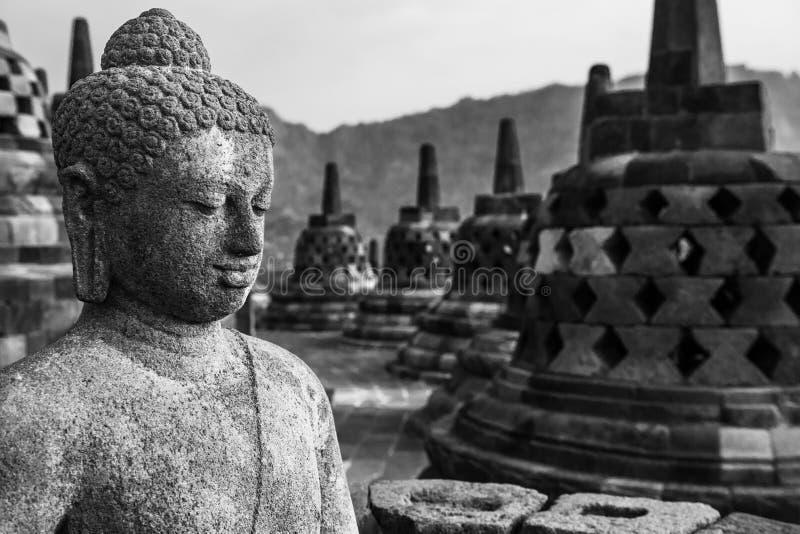 De standbeelden van Boedha bij de bovenkant van Borobudur-Tempel in Indonesië Het Eiland Java royalty-vrije stock foto