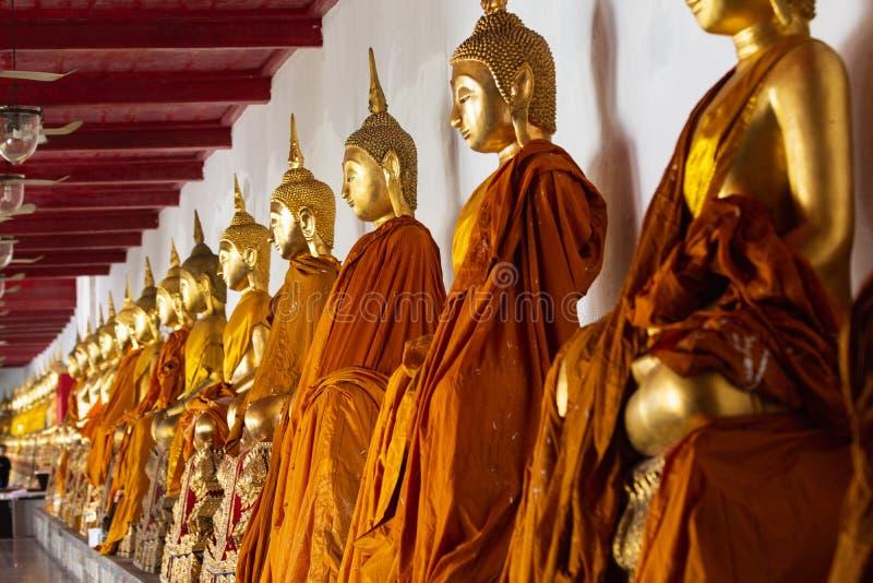 De standbeelden van Boedha binnen de Gouden tempel van Boedha in Bangkok, Thailand royalty-vrije stock afbeelding