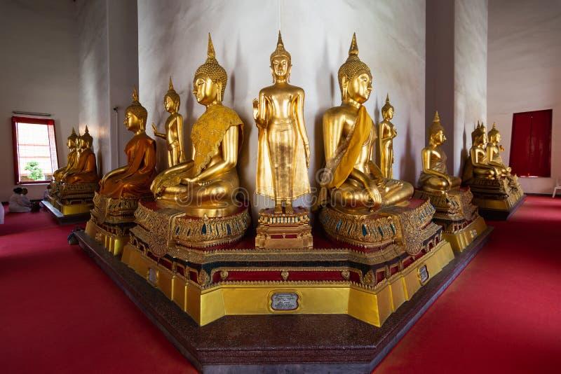 De standbeelden van Boedha binnen de Gouden tempel van Boedha in Bangkok, Thailand royalty-vrije stock foto
