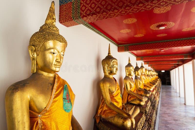 De standbeelden van Boedha binnen de Gouden tempel van Boedha in Bangkok, Thailand royalty-vrije stock fotografie