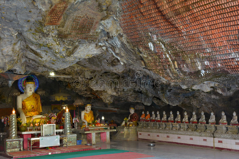 De standbeelden van Boedha binnen het heilige Kaw-Hol van Ka Thawng in hpa-, Myanmar royalty-vrije stock foto's