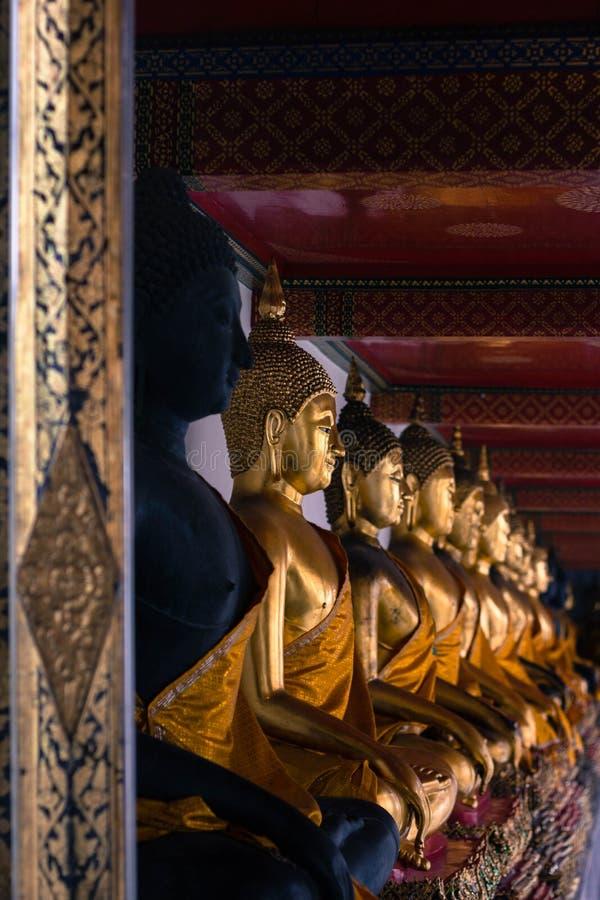 De standbeelden van Boedha binnen de tempel van Wat Pho Bangkok Thailand royalty-vrije stock foto's