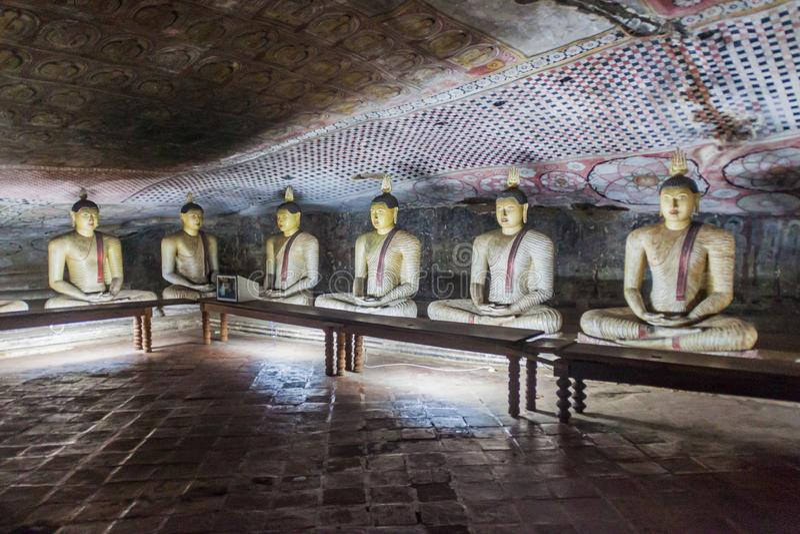 De standbeelden van Boedha in een hol van Dambulla-holtempel, Sri-Lan stock fotografie