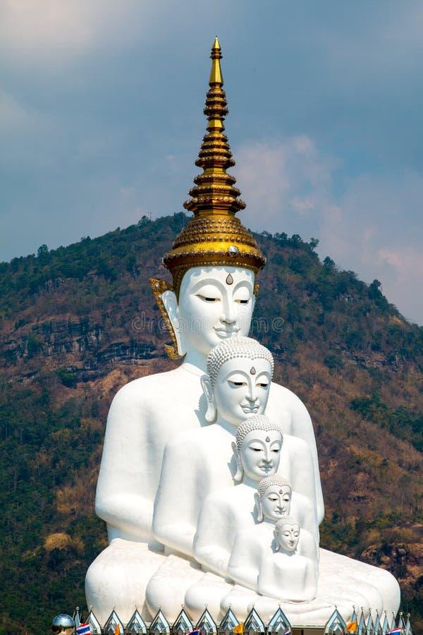De standbeelden van Boedha en het gekleurde kleurrijke die glas van de voetweg in Wat Pha Kaew, Khao Kho, Phetchabun worden gesta royalty-vrije stock afbeeldingen
