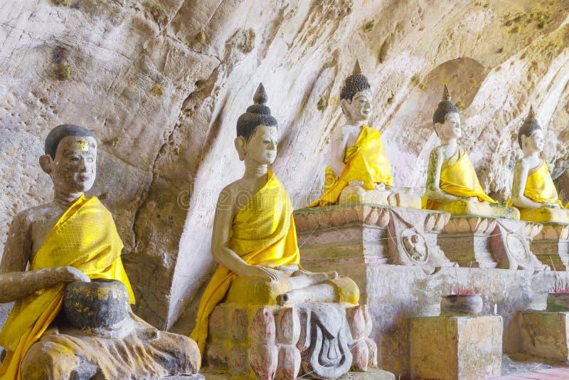 De standbeelden van Boedha oud in hol royalty-vrije stock fotografie