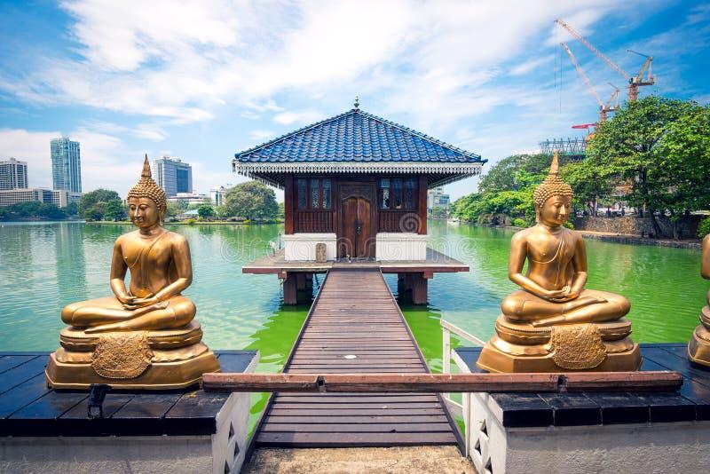 De standbeelden van Boedha voor Seema Malaka-tempel in Colombo stock fotografie