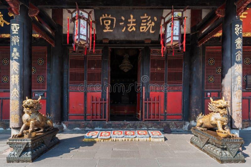 De standbeelden van de bronsdraak voor een boeddhistische tempel stock fotografie
