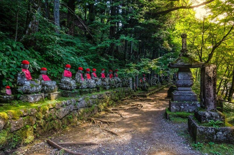 De standbeelden van Buddhas van Jizostandbeelden in Kanmangafuchi-kloof bij zonsondergang Nikko Japan royalty-vrije stock afbeeldingen