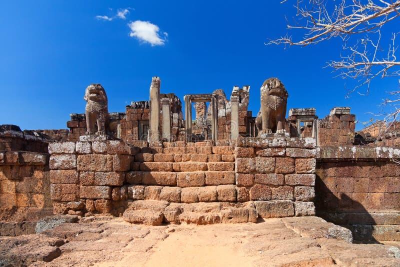 De standbeelden van de leeuw in de tempel van Mebon van het Oosten royalty-vrije stock fotografie