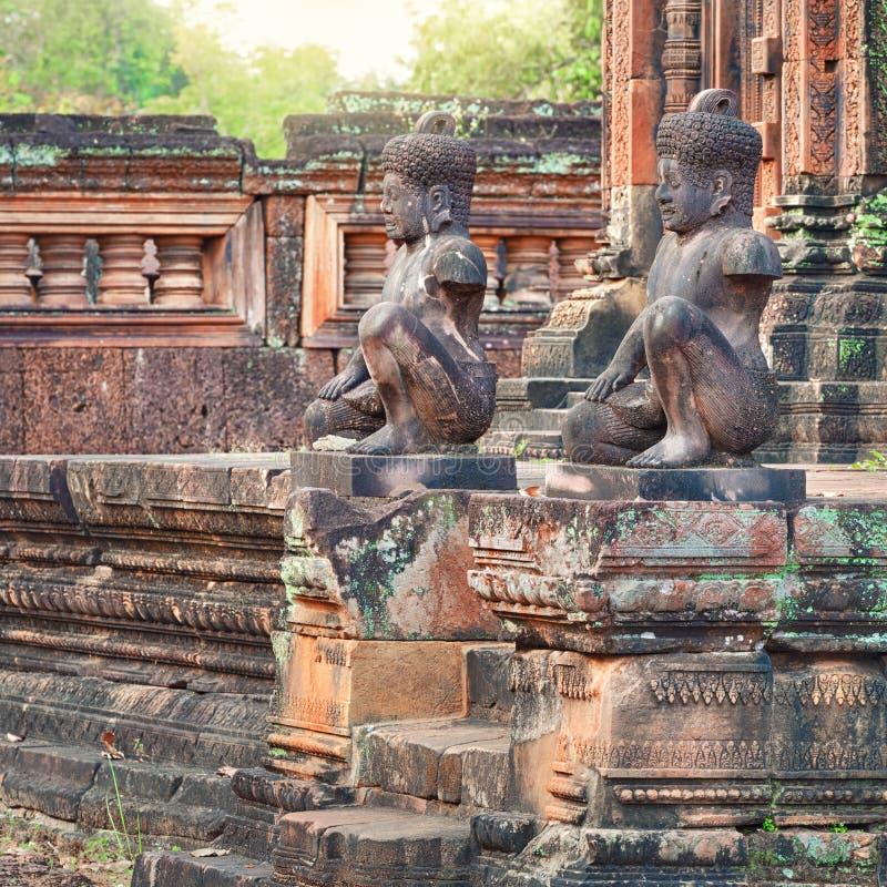 De standbeelden van de tempeldvarapala van Banteaysrei, Kambodja stock foto's