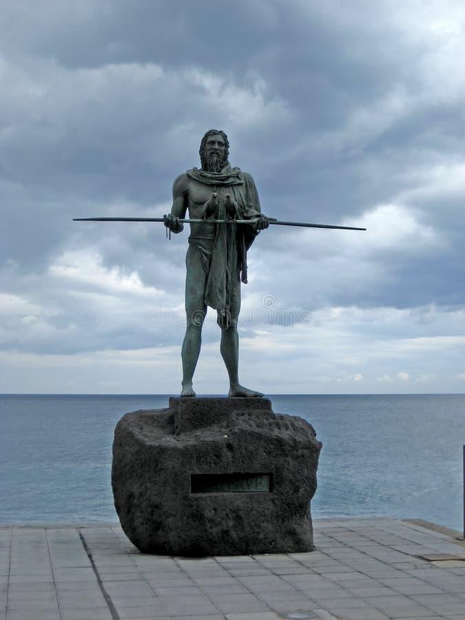 De standbeelden van Guanchesindiërs in Plaza DE La Patrona DE Canarias in Candelaria, Tenerife, Canarisch Eiland, Spanje worden g stock fotografie