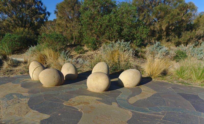 De standbeelden van het dinosaurusei op cement concrete grond royalty-vrije stock foto