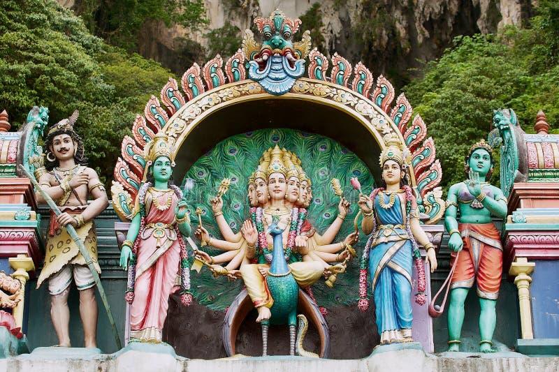 De standbeelden van Hindoese goden bij de ingang aan Batu holt binnen Kuala Lumpur, Maleisië uit royalty-vrije stock fotografie