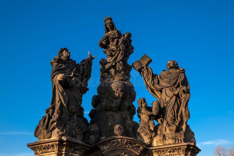 De standbeelden van iconisch en historisch Charles Bridge bouwden op de 15de eeuw over de Vltava-rivier voort royalty-vrije stock foto's