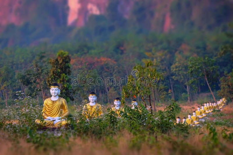 De standbeelden van partijbuddhas in de Tuin van Loumani Boedha Hpa-, Myanmar ( stock afbeeldingen