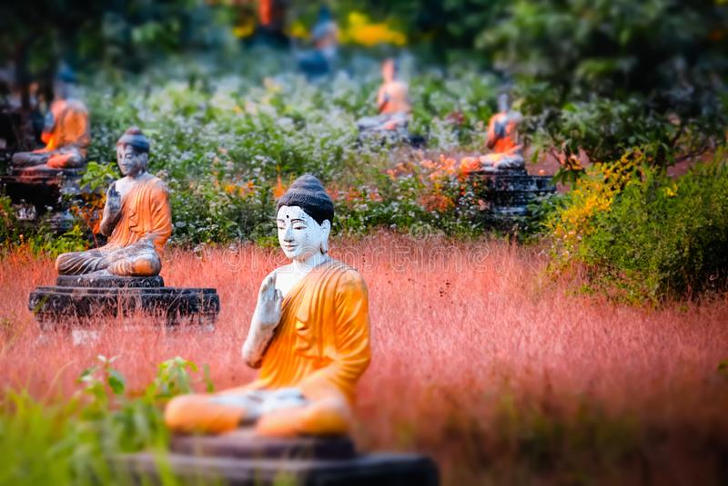 De standbeelden van partijbuddhas in de Tuin van Loumani Boedha Hpa-, Myanmar royalty-vrije stock foto
