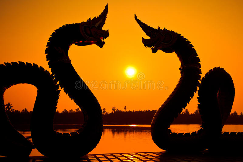 De standbeelden van silhouetnaga royalty-vrije stock afbeelding