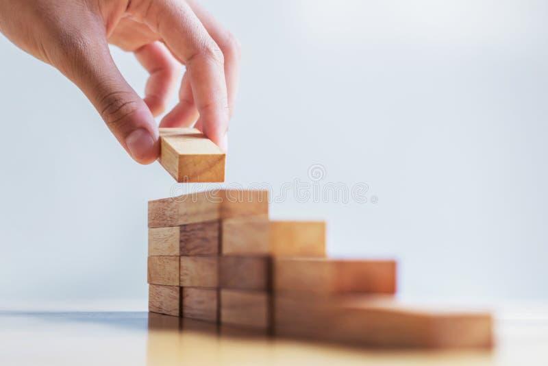 de stap van het het houtblok van de handstapel op lijst bedrijfsontwikkelingsconce royalty-vrije stock foto