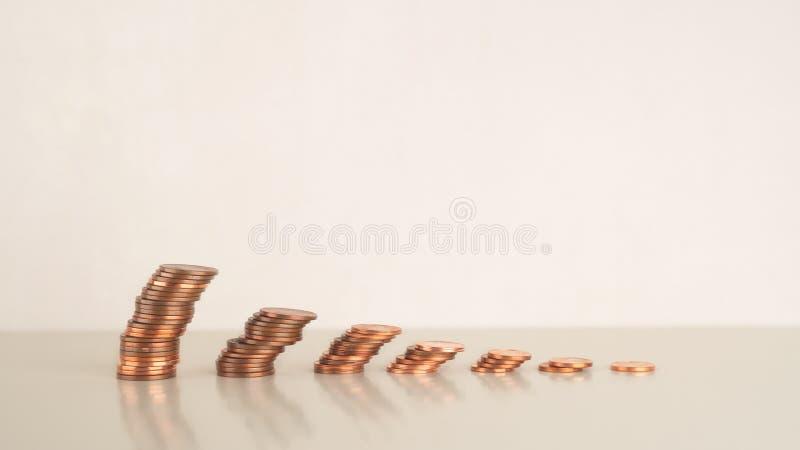 De stap van de muntstukstapel - neer, financiële beheerszaken en investering, afgevlakte geneigde wind, Exemplaarruimte royalty-vrije stock foto