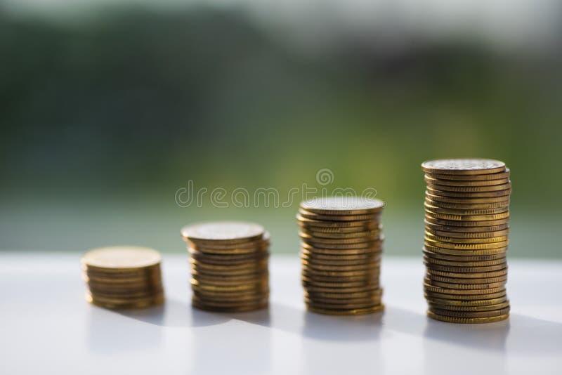 De stapel muntstukken, poetst zloty onscherpe achtergrond op royalty-vrije stock fotografie