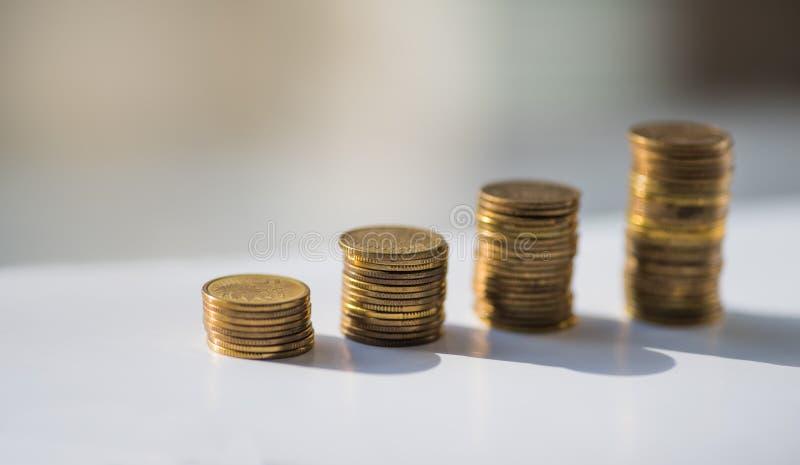 De stapel muntstukken, poetst zloty op de grijze achtergrond op stock afbeeldingen