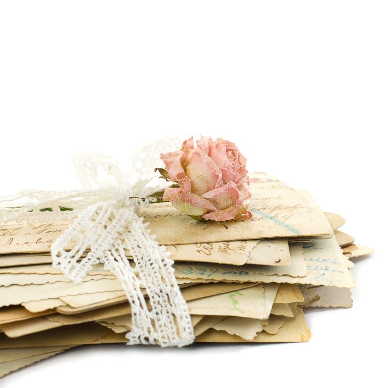 De stapel oude liefdebrieven, kant en nam bloem toe stock fotografie