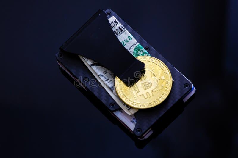 De stapel van Bitcoins, Ethereum, Litecoin, de Rimpeling en andere crypto munten bovenop dollarrekening op een geld knippen het l royalty-vrije stock foto