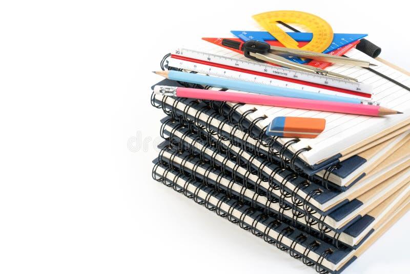 De stapel van boek, het onderwijsklasse van de bureauwiskunde met wiskundelevering springt verdelers, tekendriehoek, potlood en h royalty-vrije stock afbeelding
