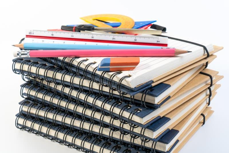 De stapel van boek, het onderwijsklasse van de bureauwiskunde met wiskundelevering springt verdelers, tekendriehoek, potlood en h royalty-vrije stock fotografie
