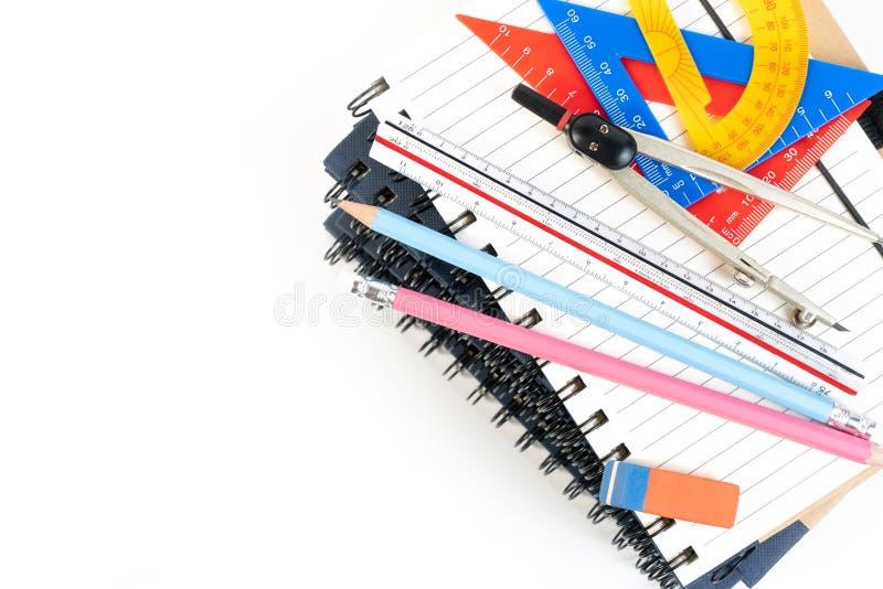 De stapel van boek, het onderwijsklasse van de bureauwiskunde met wiskundelevering springt verdelers, tekendriehoek, potlood en h royalty-vrije stock foto