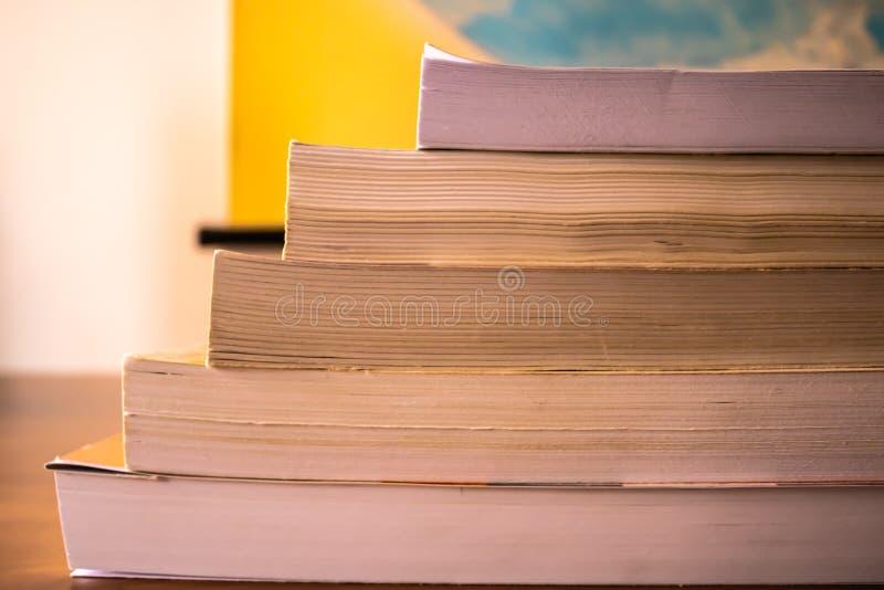 De stapel van boeken op de houten lijstclose-up - Beeld stock afbeeldingen