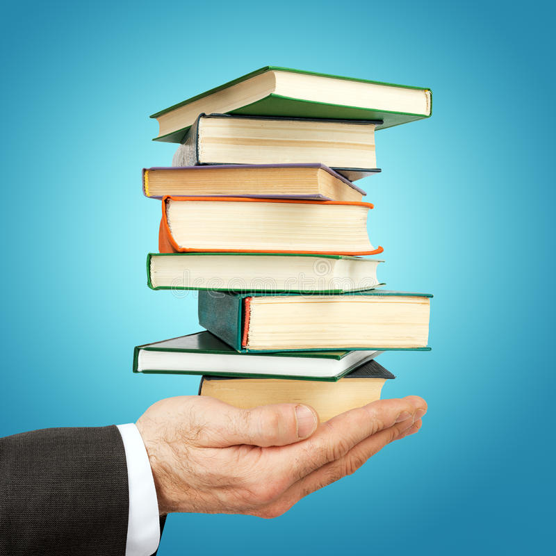 De stapel van de bedrijfsmensenholding boeken stock afbeelding